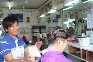 バギオの床屋さんで髪を切る体験中の写真